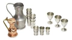 Weinkannen und Becher Metall