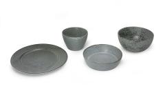 Teller und Schalen grau